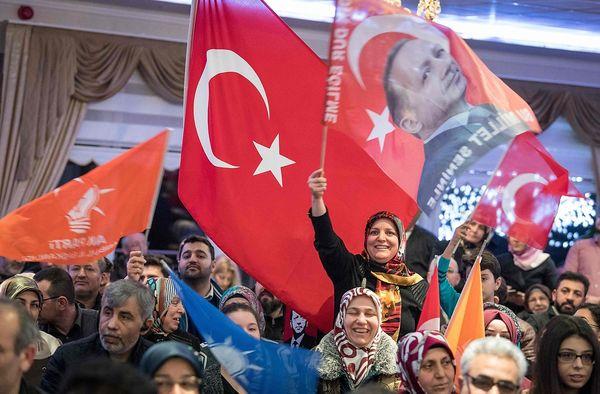 Erdoğan-Fans in Frankfurt / Bild: APA/AFP/dpa