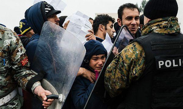 Hunderte forderten im September 2015 die Öffnung der Grenze. / Bild: APA/AFP/DIMITAR DILKOFF