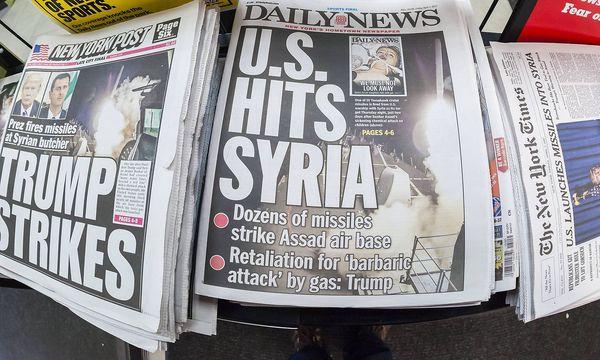 New Yorker Zeitungen nach dem ersten US-Luftangriff gegen Syrien wegen der Giftgasattacke im April. / Bild: imago/Levine-Roberts