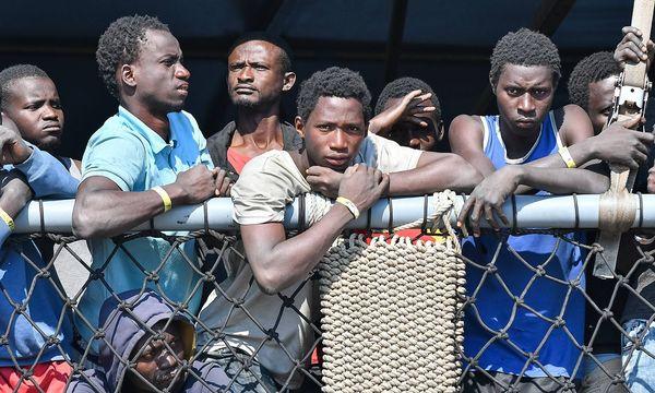 Viele Flüchtlinge, die in Italien ankommen, sind zwischen 15 und 17 Jahre alt. / Bild: imago/Independent Photo Agency
