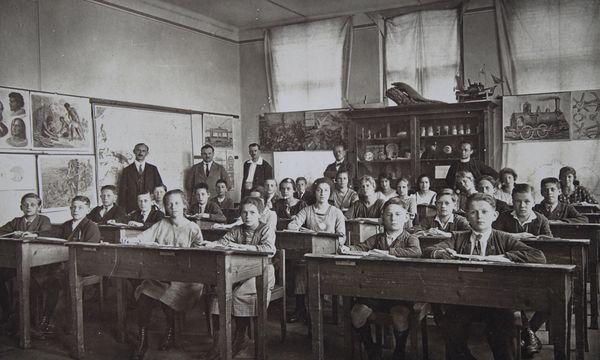 Schulklasse im Jahr 1900. Damals hatten die Schüler in der Regel sowohl am Vormittag als auch am Nachmittag Unterricht. Im Jahr 1920 änderte sich das. / Bild: (c) Imagno/picturedesk.com