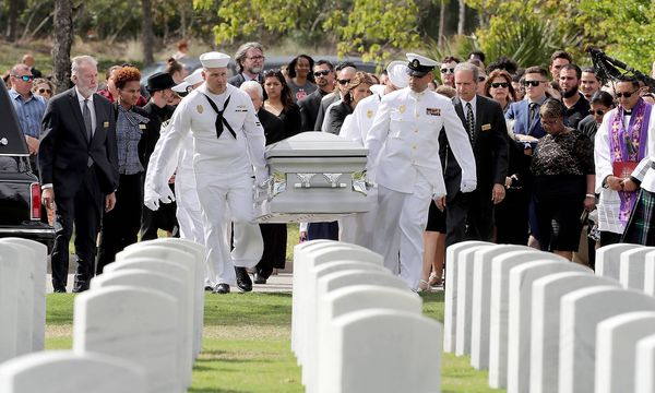 Athletic Director Chris Brent Hixon, eines der 17 Opfer des Amoklaufs in Parkland, wird am South Florida National Cemetery beerdigt.  / Bild: imago/ZUMA Press
