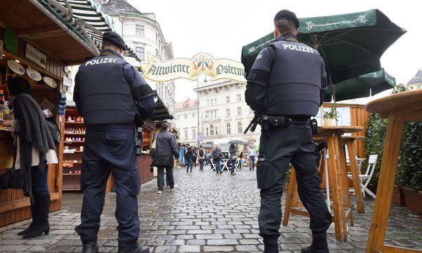 Polizei am Ostermarkt auf der Freyung / Bild: Die Presse (Fabry)