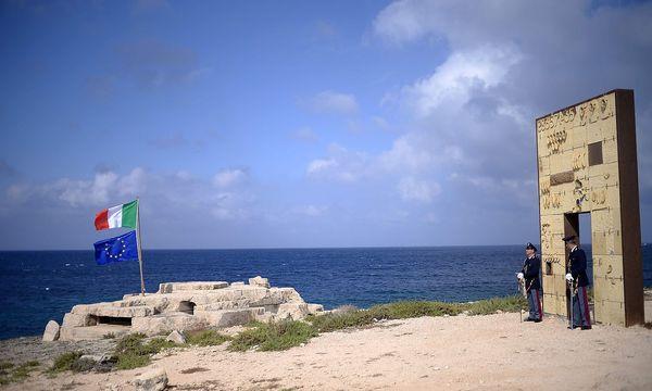 Italienische Sicherheitskräfte am sogenannten Tor nach Europa, einem Monument auf der Insel Lampedusa / Bild: AFP