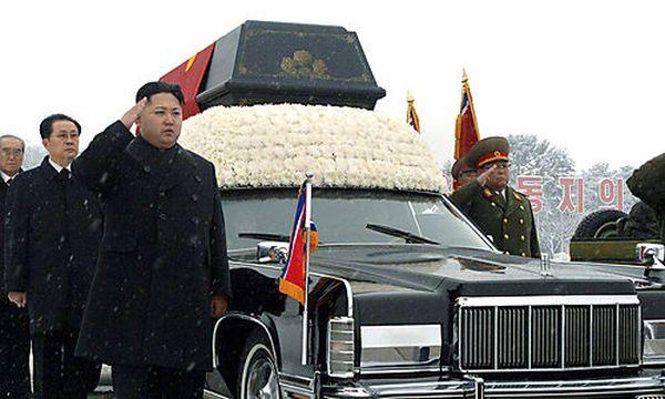 Nordkorea: Kim Jong-ils letzte Fahrt / Bild: (c) AP ()