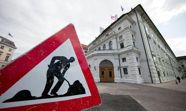 Noch ist nicht ganz klar, was mit der Baustelle am Ballhausplatz passiert. / Bild: APA/GEORG HOCHMUTH