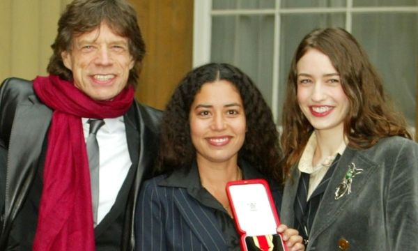 ROLLING STONE SIR MICK JAGGER POSES FOR PHOTOGRAPHS AFTER RECEIVING KNIGHTHOOD AT LONDON´S BUCKINGHAM PALACE. / Bild: (c) REUTERS (POOL New)