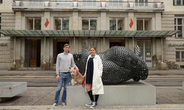 Cornelis van Almsick und Magdalena Zeller samt Mischlingshündin vor Otto Wagners Postsparkasse im ersten Bezirk. / Bild: (c) Schoiswohl