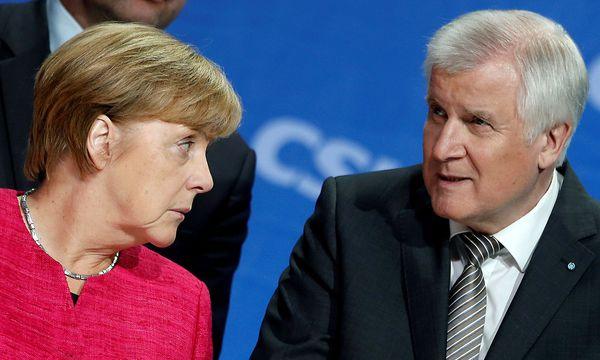 CDU-Chefin Merkel mit CSU-Chef Seehofer. / Bild: REUTERS/Michaela Rehle/File Photo
