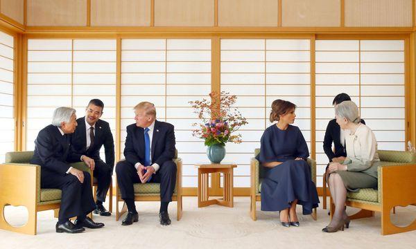 Donald Trump und seine Frau, Melania, bei ihrer Audienz im Kaiserpalast in Tokio mit Kaiser Akihito und Kaiserin Michiko. / Bild: (c) imago/Kyodo News