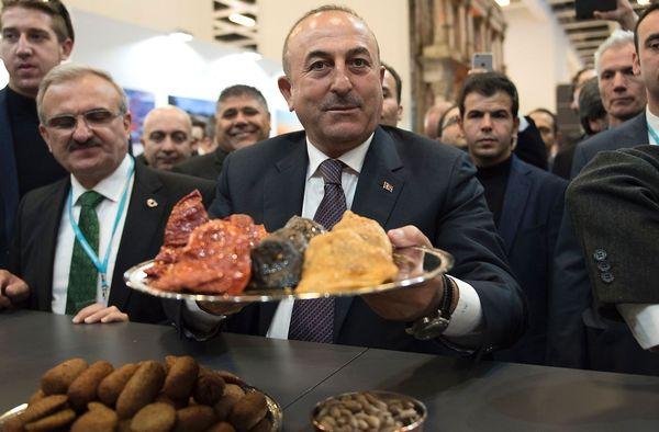 Na Mahlzeit. Der türkische Außenminister Mevlut Cavusoglu mit türkischen Speisen bei der Internationalen Tourismus-Börse in Berlin. / Bild: APA/AFP