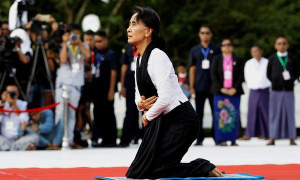 """Aung San Suu Kyi bei einer Gedenkveranstaltung am """"Mausoleum der Märtyrer"""" in Yangon. Die Nobelpreisträgerin gerät wegen der Gewalt gegen die Rohingya unter Druck. / Bild: (c) REUTERS (Soe Zeya Tun)"""