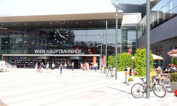 Wurde den Pächtern am Hauptbahnhof zu viel versprochen? Nun sollen etwa Bäume und Sitzgelegenheiten im Untergeschoss mehr Käufer dorthin locken. / Bild: (c) Die Presse (Clemens Fabry)