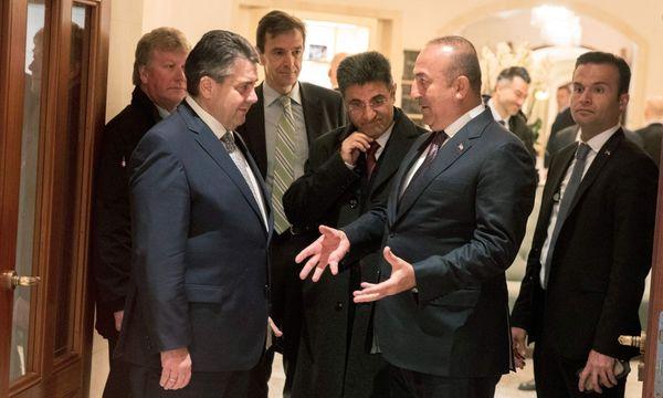 Treffen in gespannter Atmosphäre. Außenminister Gabriel (l.) empfing den türkischen Außenminister Çavuşoğlu (zweiter von r.) / Bild: (c) APA/AFP/dpa/KAY NIETFELD (KAY NIETFELD)