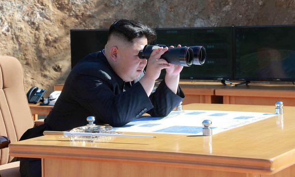Nach Feinden Ausschau halten: Nordkoreas Alleinherrscher Kim Jong-un forciert die Entwicklung von Atomwaffen und droht den USA mit einem Raketenangriff. / Bild: (c) REUTERS (KCNA)