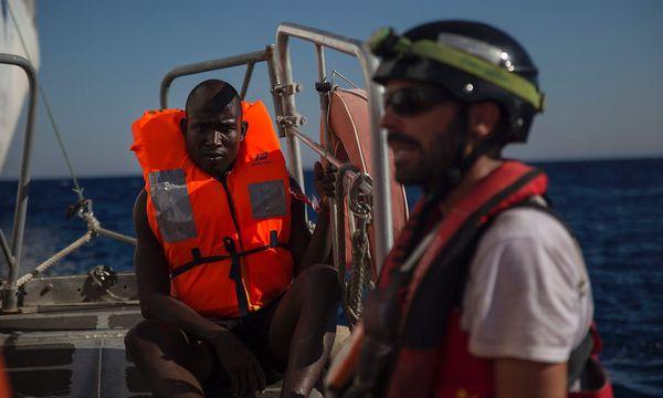 Ein Migrant auf einem Rettungsschiff vor der libyschen Küste / Bild: (c) APA/AFP/ANGELOS TZORTZINIS (ANGELOS TZORTZINIS)