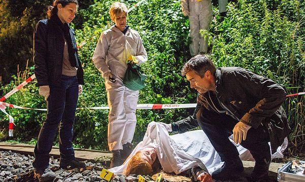 Liz Ritschard (Delia Mayer, li.), Yvonne Veitli (Sabina Schneebeli, 2. v. li.) und Reto Flückiger (Stefan Gubser). / Bild: ORF