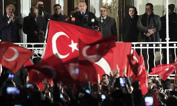 Am Rande des Auftritts von Mevlut Cavusoglu im türkischen Generalkonsulat in Hamburg gab es wohl auch hässliche Szenen. / Bild: REUTERS