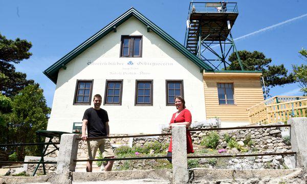 Die sanierte Rudolf-Proksch-Hütte im Wienerwald mit den neuen Pächtern Peter und Sigrid Artner. / Bild: (c) Die Presse (Clemens Fabry)