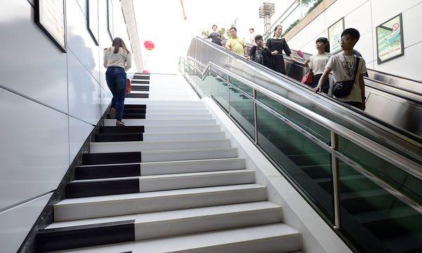 Klaviertasten-Look mit akustischer Unterstützung kann zum Stiegensteigen animieren (das Bild stammt aus Hangzhou, China). / Bild: (c) imago stock&people