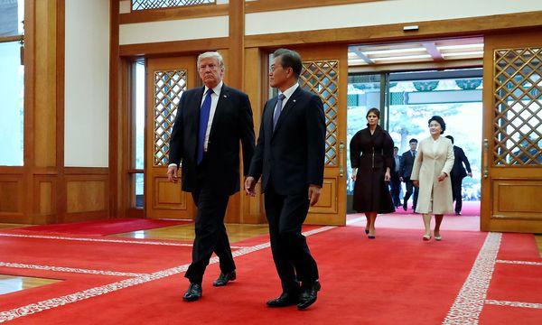 Donald Trump wird von Moon Jae-in empfangen. / Bild: REUTERS