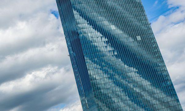 Wolken und die EZB. / Bild: (c) APA/Frank Rumpenhorst
