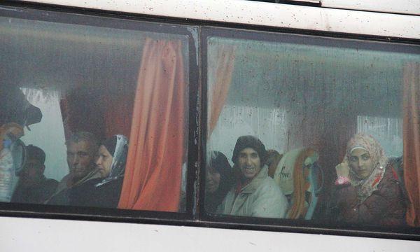 Mindestens 80 Busse trafen in den von Aufständischen belagerten Gebieten ein. / Bild: APA/AFP/OMAR HAJ KADOUR