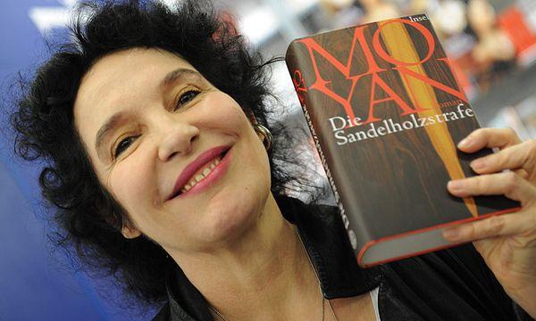 Ulla Unseld-Berkéwicz mit einem Buch des Nobelpreisträgers 2012, Mo Yan / Bild: (c) EPA (ARNE DEDERT)
