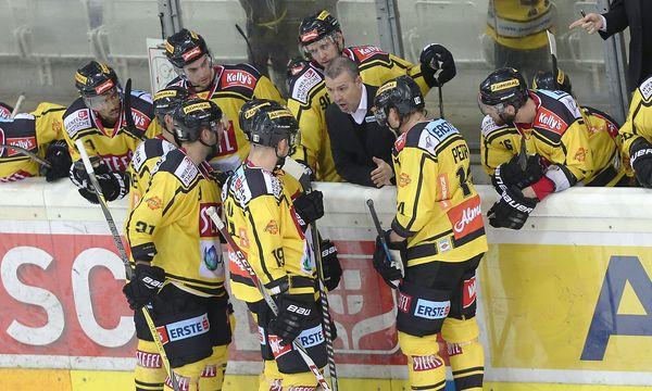 Capitals-Headcoach Serge Aubin spricht mit seinen Spielern / Bild: (c) GEPA pictures (GEPA pictures/ Christian Ort)