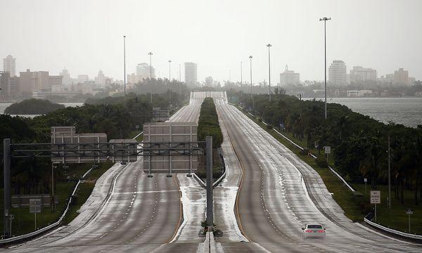 """Ein beinahe ausgestorbener Highway in Miami, Florida, am Samstag: Die Bewohner bereiten sich auf den Hurrikan """"Irma"""" vor - oder haben die Stadt verlassen. / Bild: (c) REUTERS (Carlos Barria)"""