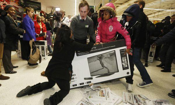Das Brauchtum des Streitens um Aktionsware gehört, wie auf dem Bild in London, zur Tradition des Black Friday dazu.  / Bild: (c) REUTERS