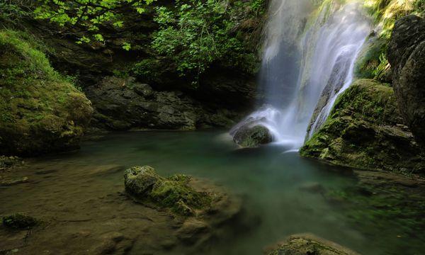 Ein malerischer Wasserfall auf Kythira  / Bild: Imago