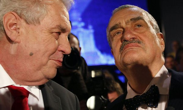 Czech presidential candidates Schwarzenberg and Zeman chat before a televised debate in Prague / Bild: REUTERS