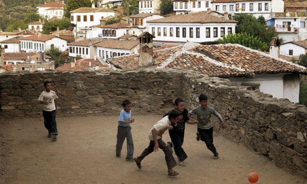 Archivbild: Kinder spielen in Şirince  Fußball. / Bild: (c) REUTERS ( Mark Blinch Reuters)
