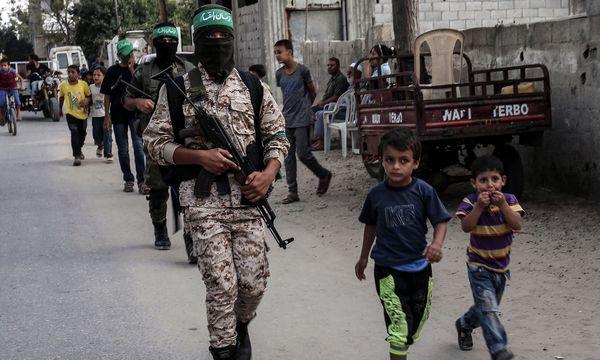 Martialische Machtdemonstration: Die Sicherheitskräfte der radikalen Hamas, die gefürchteten Qassim-Brigaden, marschieren mit Kindern durch Khan Yunis im Gazastreifen. / Bild: (c) APA/AFP/SAID KHATIB