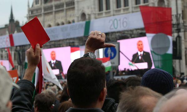 Manche Regierungsgegner drückten ihren Protest gegen die Regierung Orban am Kossuth-Platz aus. / Bild: APA/AFP/FERENC ISZA