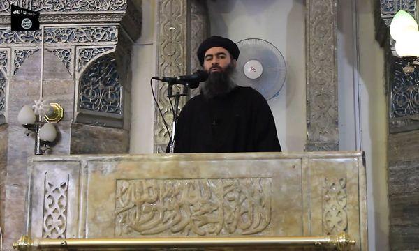 Ein Videostandbild von IS-Chef Abu Bakr al-Baghdadi aus einer Aufnahme im Jahr 2014. / Bild: APA/AFP/AL-FURQAN MEDIA/-