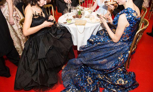 Die großen Roben der Künstlerinnen, als die Show schon vorbei ist: Spät in der Nacht, im Opernsalon, treffen sich vor allem die Künstler der Oper im informellen Rahmen.  / Bild: (c) Luiza Puiu