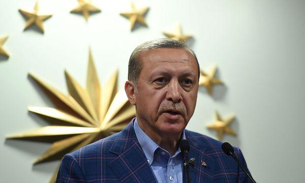 Präsident Erdogan sieht sich als Sieger der Abstimmung. / Bild: (c) APA/AFP/BULENT KILIC (BULENT KILIC)