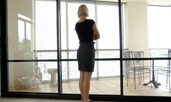 Frau sieht aus dem Fenster / Bild: (c) imago stock&people