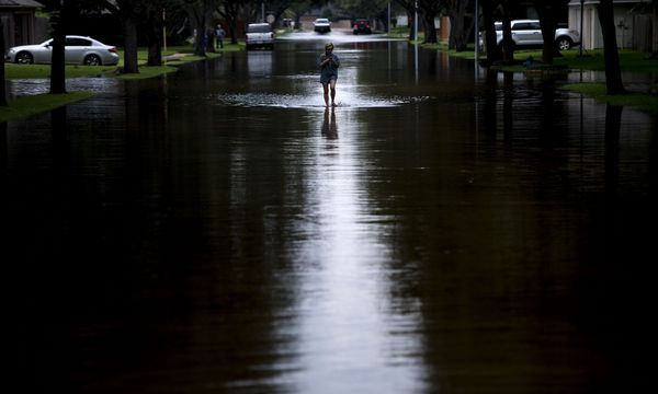 Die Einsamkeit im Hochwasser von Houston. Viele Opfer waren erst einmal auf sich allein gestellt, bis Hilfe kam. / Bild: (c) APA/AFP/BRENDAN SMIALOWSKI
