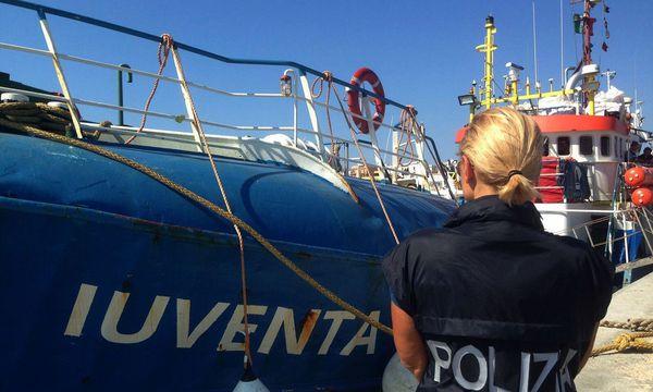 """Die """"Juventa"""" wurde von der Polizei aus dem Verkehr gezogen. / Bild: APA/AFP/ITALIAN POLICE/HANDOUT"""