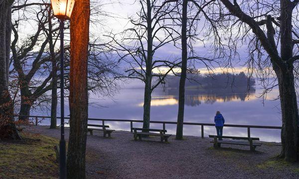 Ältere Frau steht an einem See / Bild: (c) imago/Westend61 (imago stock&people)