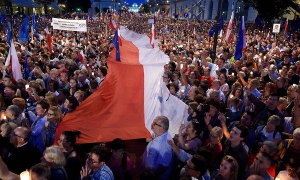 Proteste gegen die Regierung. / Bild: APA/AFP/ADAM CHELSTOWSKI