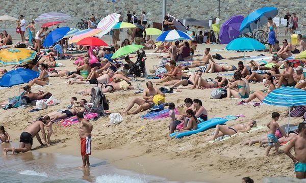 Die Migranten ließen perplexe Badegäste zurück. / Bild: APA/AFP/JOSEP LAGO