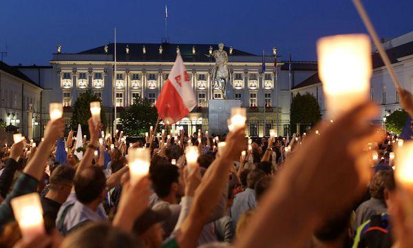 Vor dem Justizpalast in Warschau versammelten sich in der Nacht auf Mittwoch wieder zahlreiche Gegner der Regierungspläne. / Bild: REUTERS