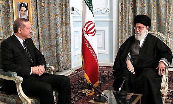Die Türkei trifft auf den Iran und berät über Syrien / Bild: (c) EPA (Khamenei Official Website Handout)