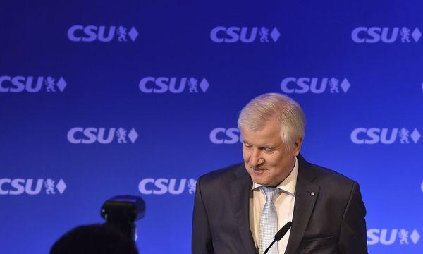 """Horst Seehofer will die """"rechte Flanke"""" besser abdecken. / Bild: APA/AFP/CHRISTOF STACHE"""