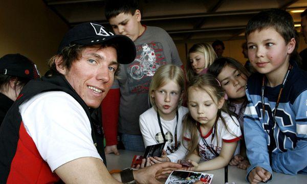 Die Weltcupsieger von morgen? Marcel Hirscher, hier noch als 19-jähriger Hoffnungsträger, mit seinen jungen Fans. / Bild: GEPA pictures/ Felix Roittner