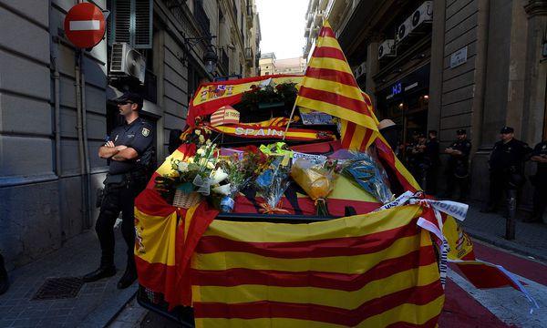 Ein Fahrzeug, geschmückt mit spanischen und katalanischen Fahnen. Etwa die Hälfte der Katalanen ist gegen die Unabhängigkeit. / Bild: (c) APA/AFP/LLUIS GENE